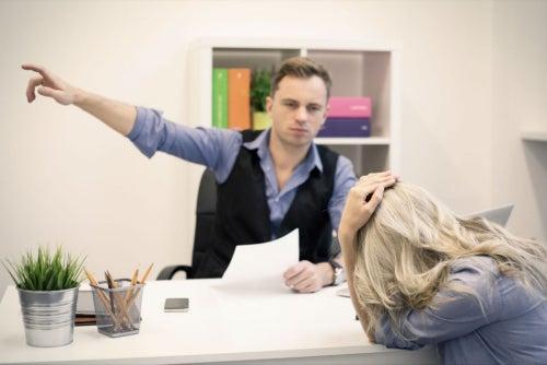 ¿Es legal despedir un empleado por lo que hace fuera del trabajo?