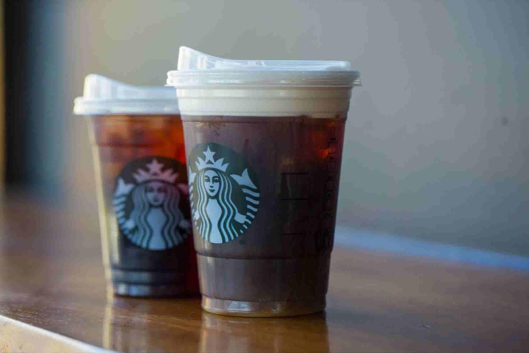 Starbucks eliminará los popotes a escala global