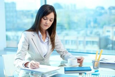 Mujeres y hombres, ¿cuál gana más siendo secretario/a?