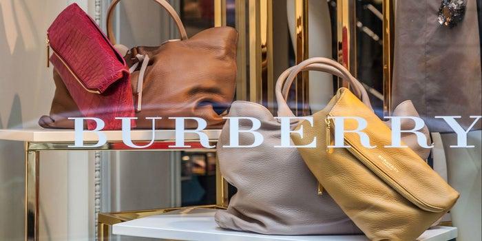 Por qué Burberry quemó 33.7 millones de dólares en ropa