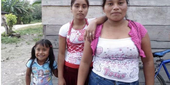 El programa mexicano que intenta reducir la pobreza de mujeres beneficia más a sus maridos