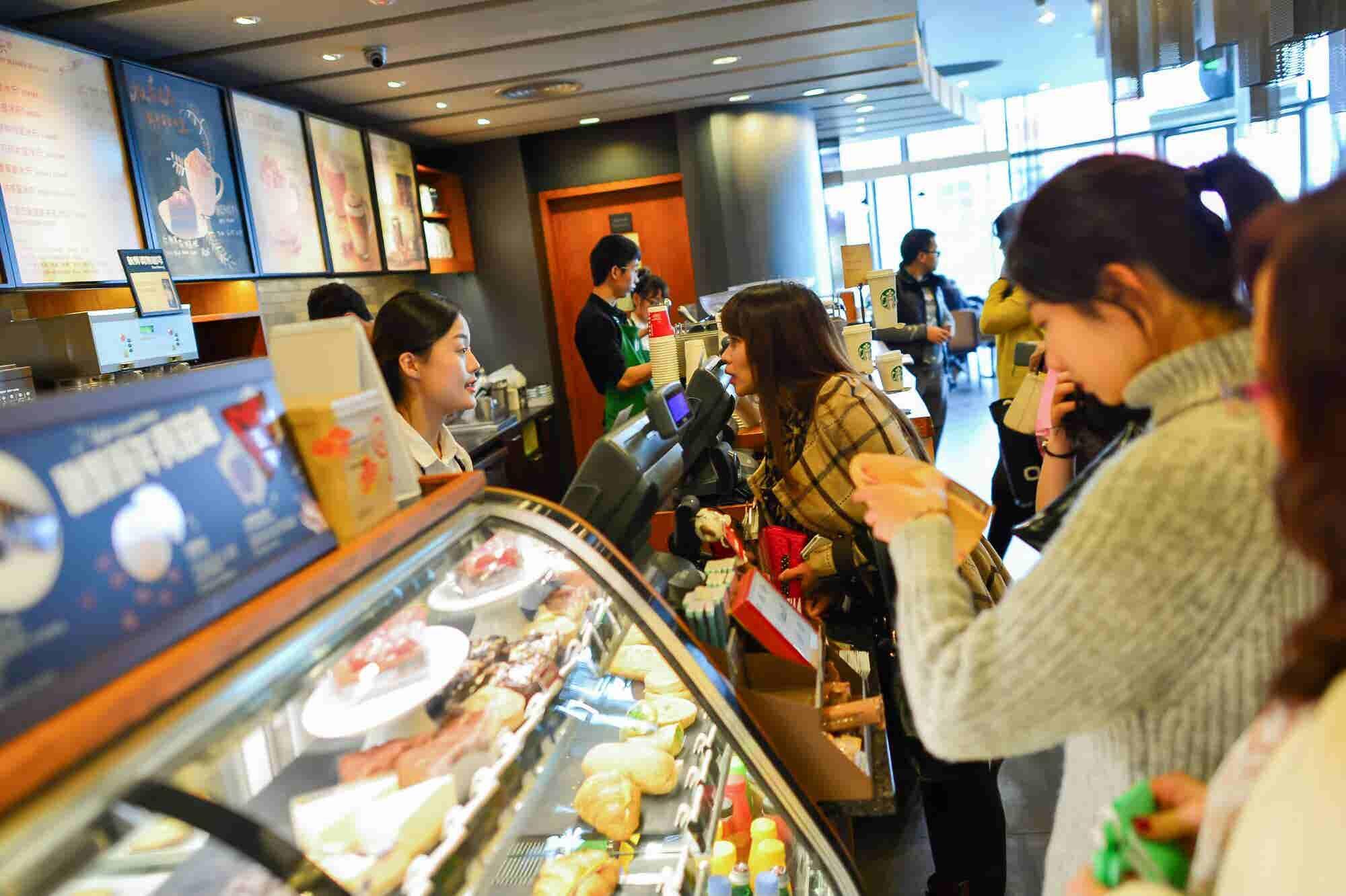 Starbucks y Alibaba darán servicio a domicilio en China
