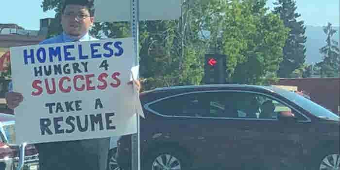 Este emprendedor arriesgó todo y terminó sin hogar entregando su CV en la calle
