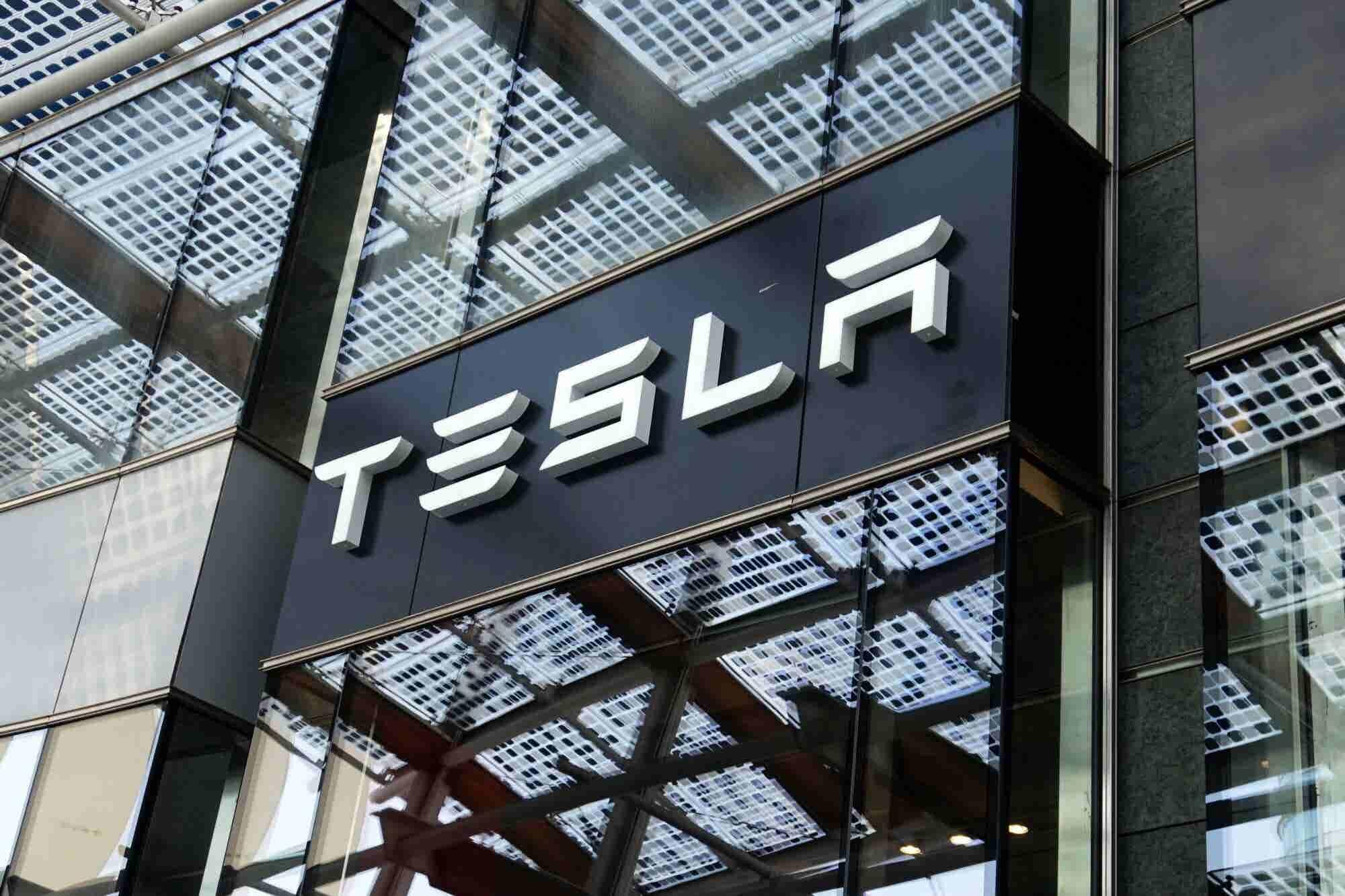 El perdón de Elon Musk hace que acciones de Tesla suban 16%