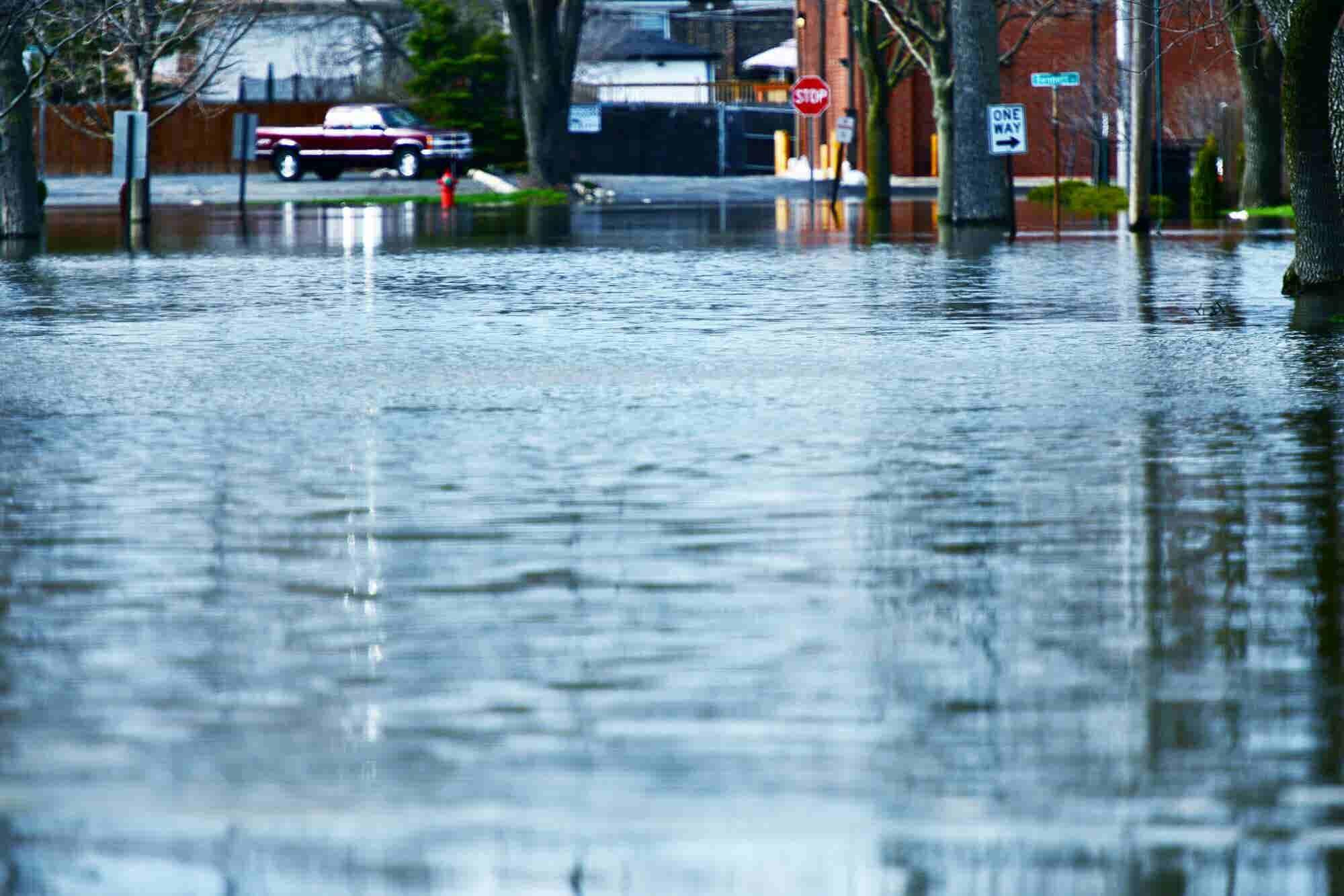 ¿Sabes cómo puedes proteger tu local de las lluvias y otros desastres naturales?