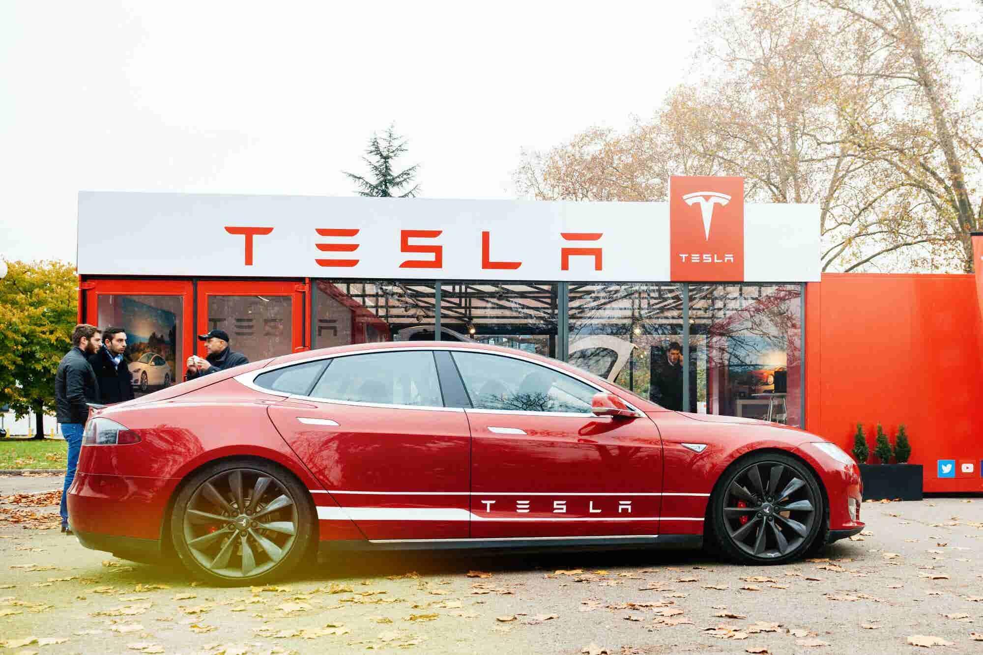 Ejecutivos se empiezan a 'bajar' de Tesla