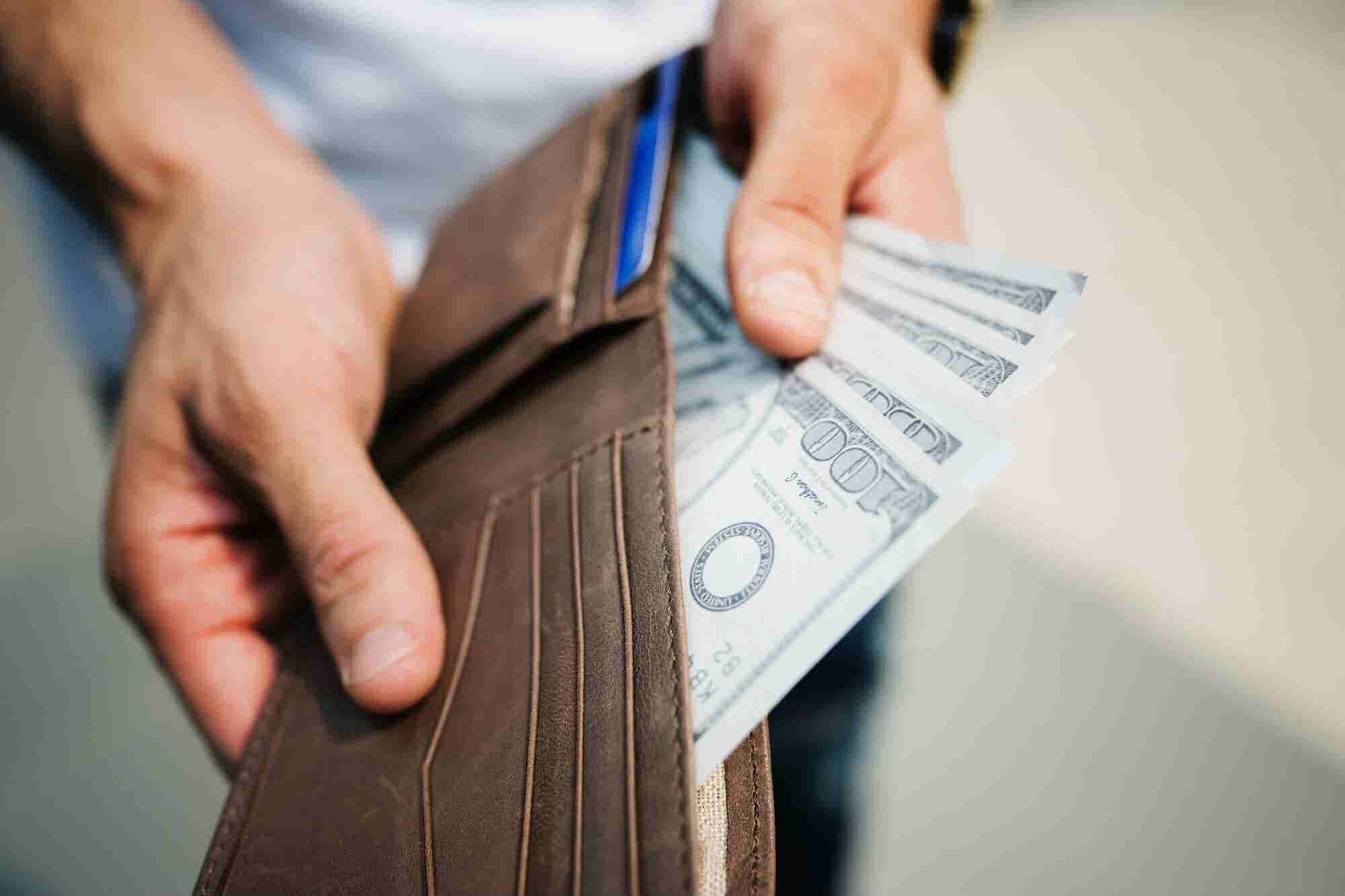 6 señales de que no te están pagando lo suficiente (y cómo empezar a ganar más)