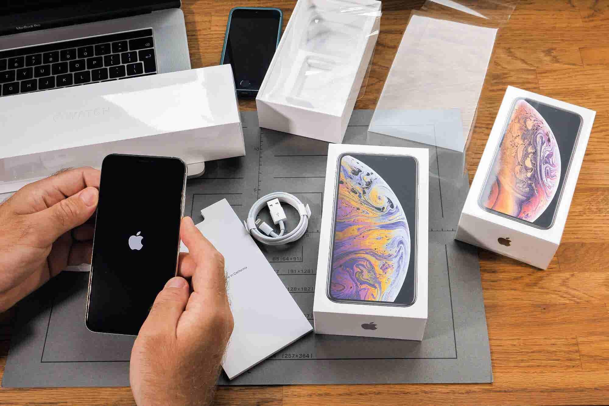 Samsung y Huawei aprovechan los reflectores de Apple para burlarse de sus 'innovaciones'