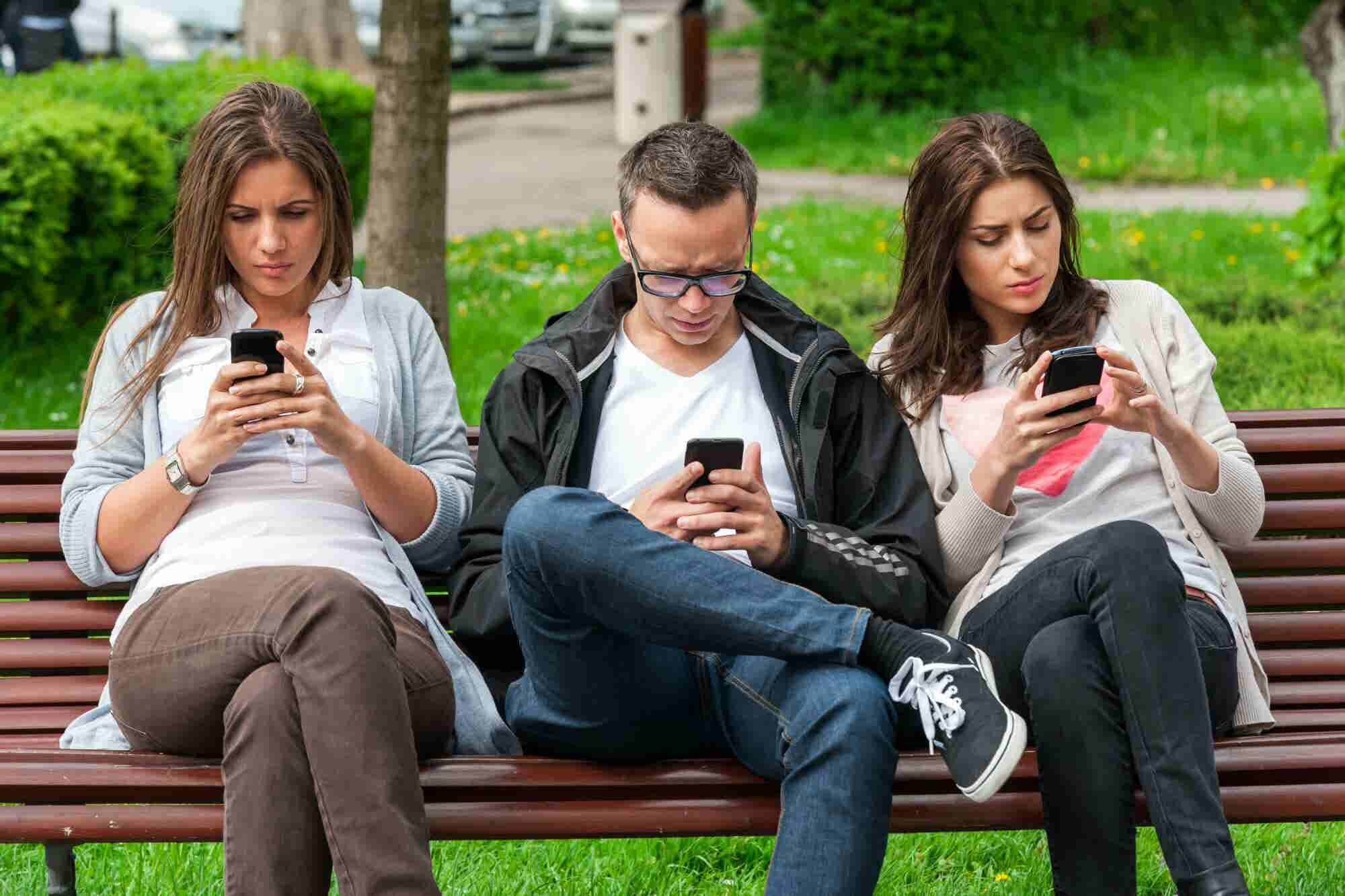 Te apostamos a que también lo haces: 7 de cada 10 personas usan su celular para evitar hablar con otros