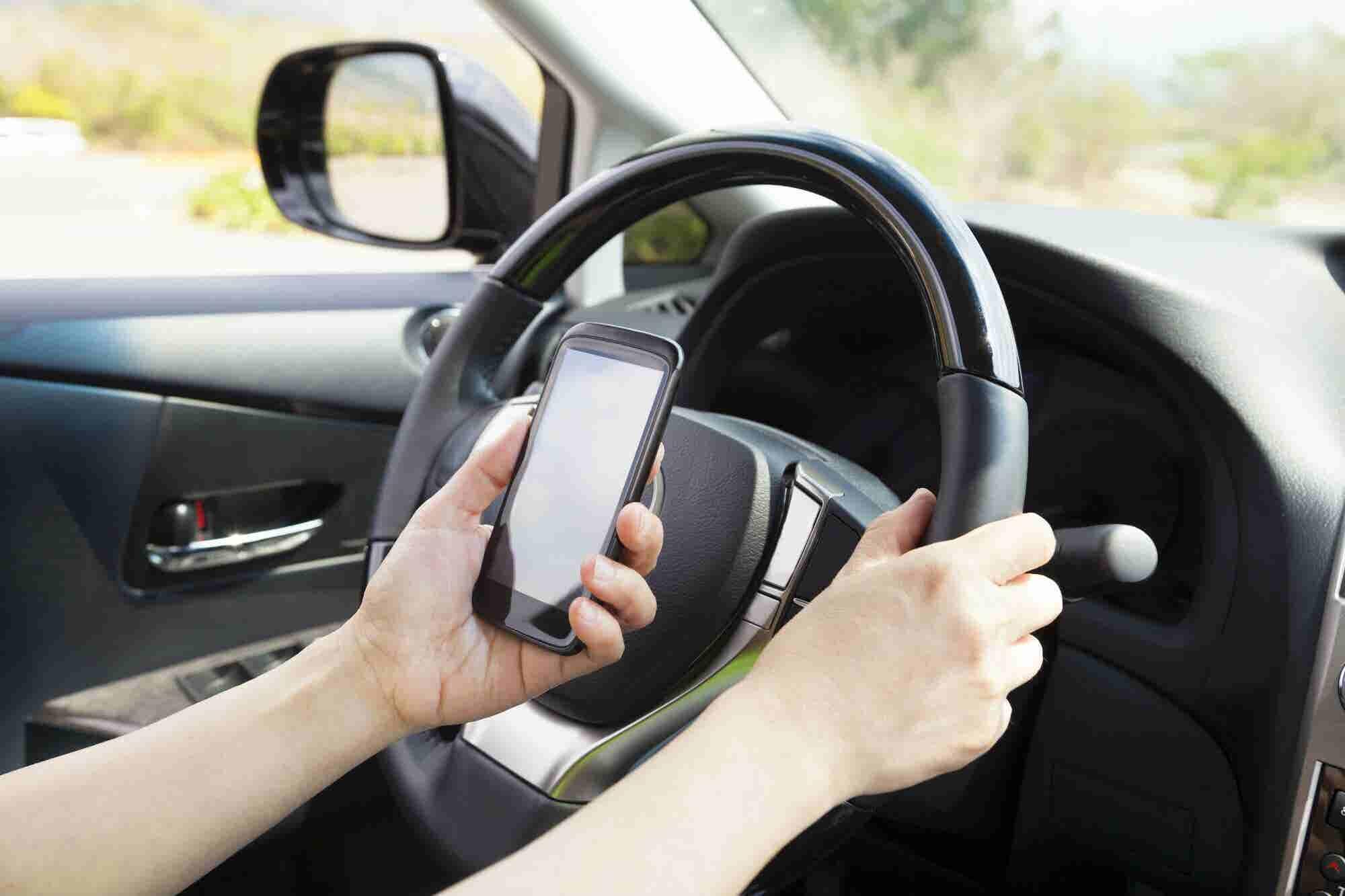 El coche inteligente que puedes encender con tu celular y conducir sin tomar el volante