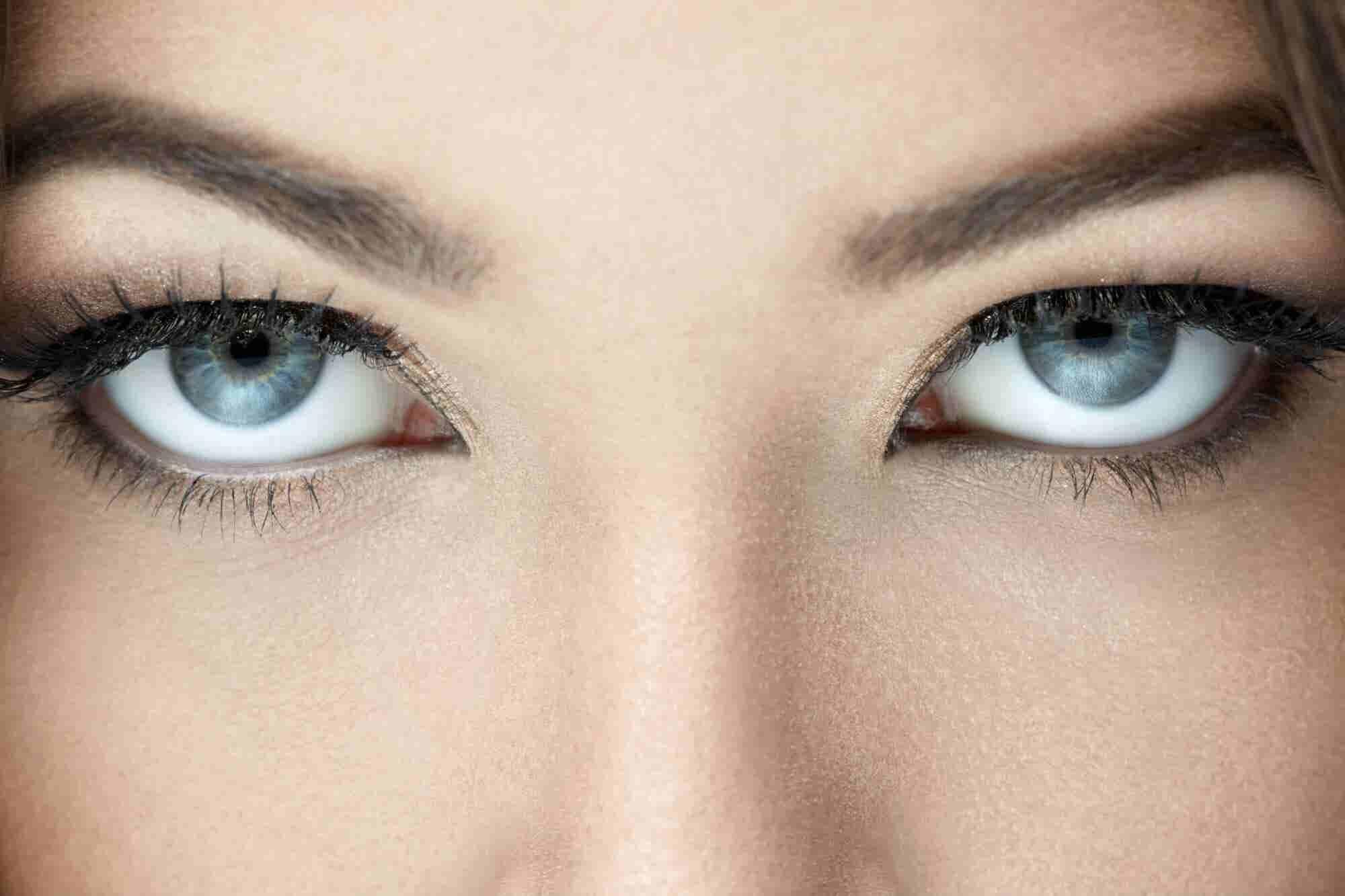 5 formas de usar el contacto visual en una junta para obtener lo que quieres