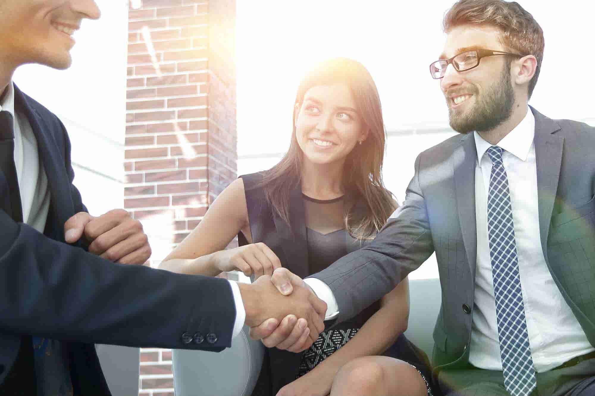 10 conductas que las personas educadas deben evitar para cerrar un trato