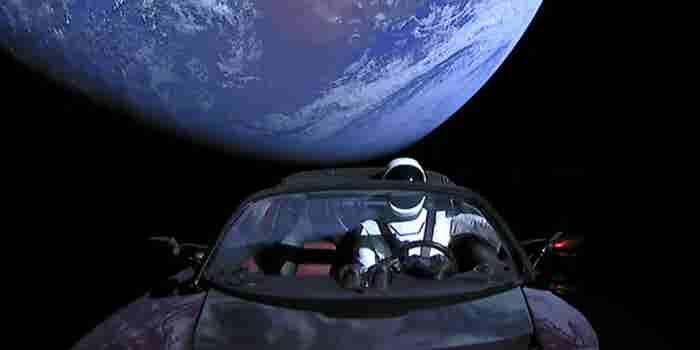 El auto que Elon Musk mandó al espacio ya está más lejos que Marte