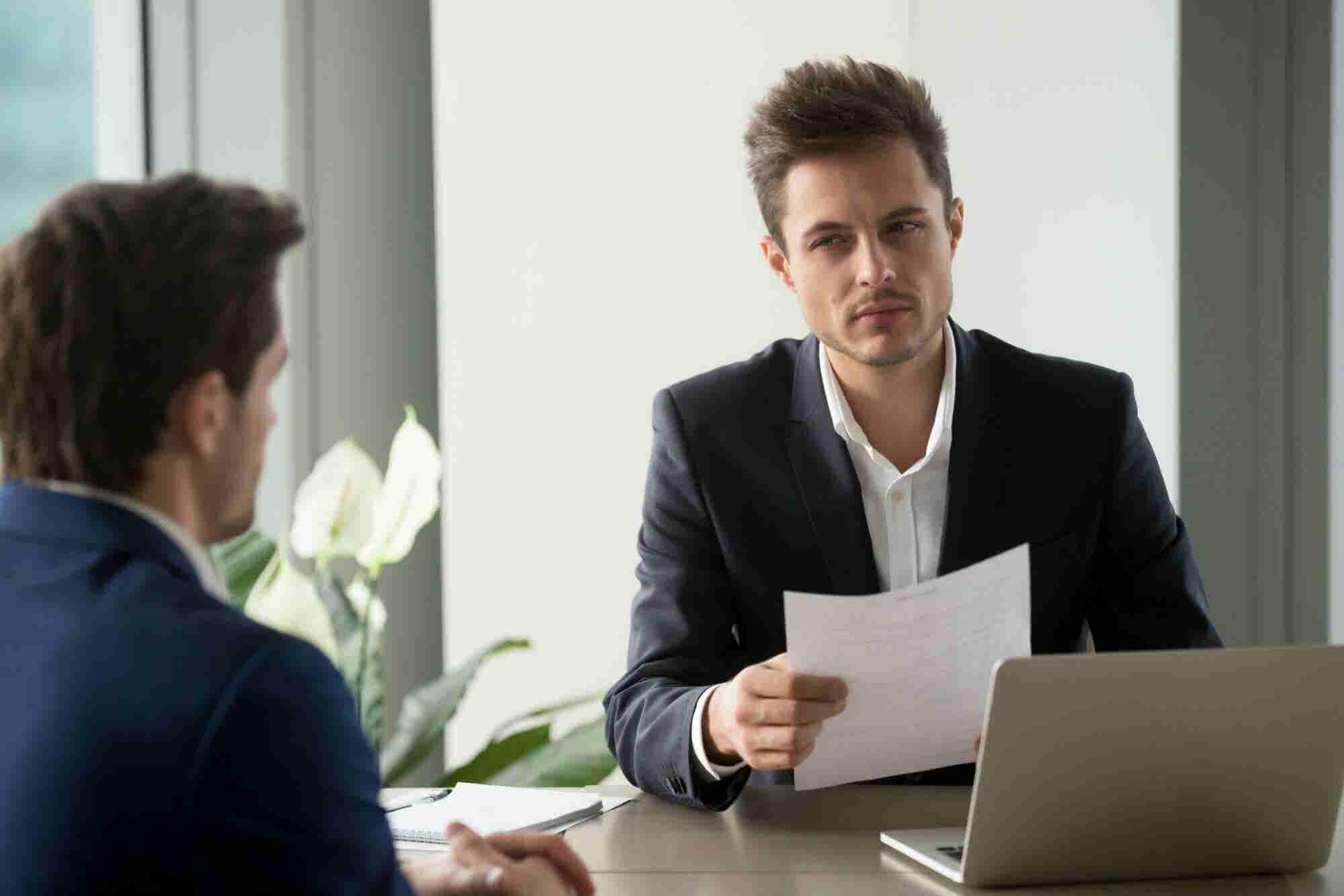 5 claves que muestran que un candidato está mintiendo o exagerando en su entrevista