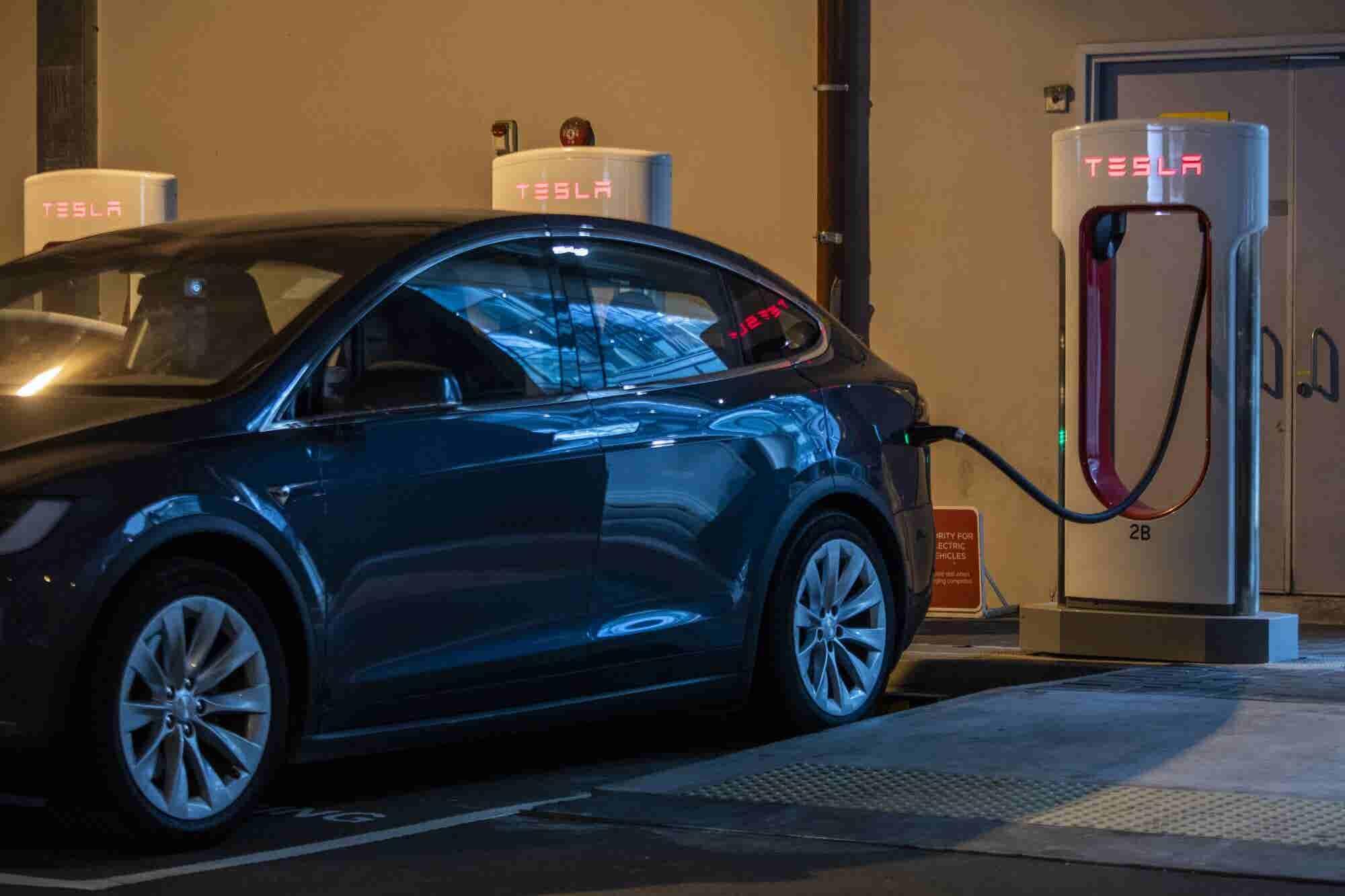 Police Catch Tesla Autopilot Driving Home Sleeping Drunk