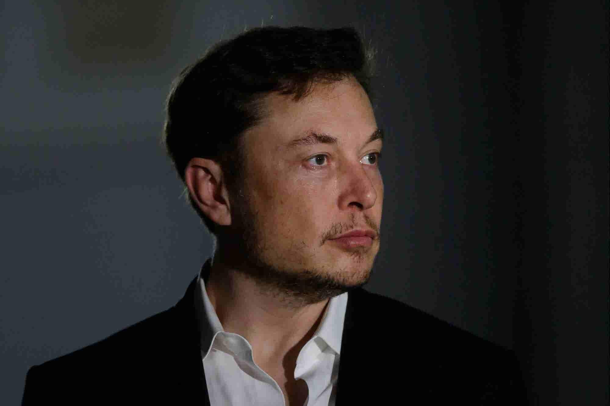Por qué el personal de Tesla tiene prohibido pasar frente al escritori...