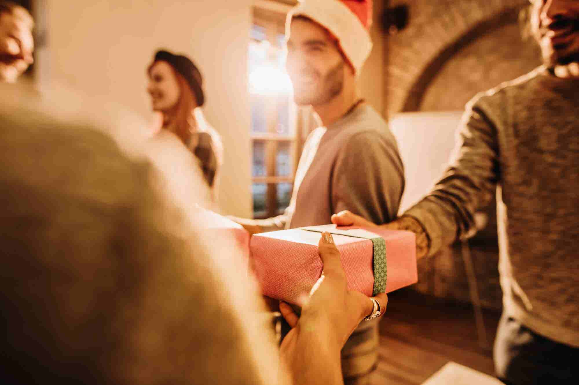 5 Simple and Cost Effective Ways to Share Your Holiday Cheer With Colleagues