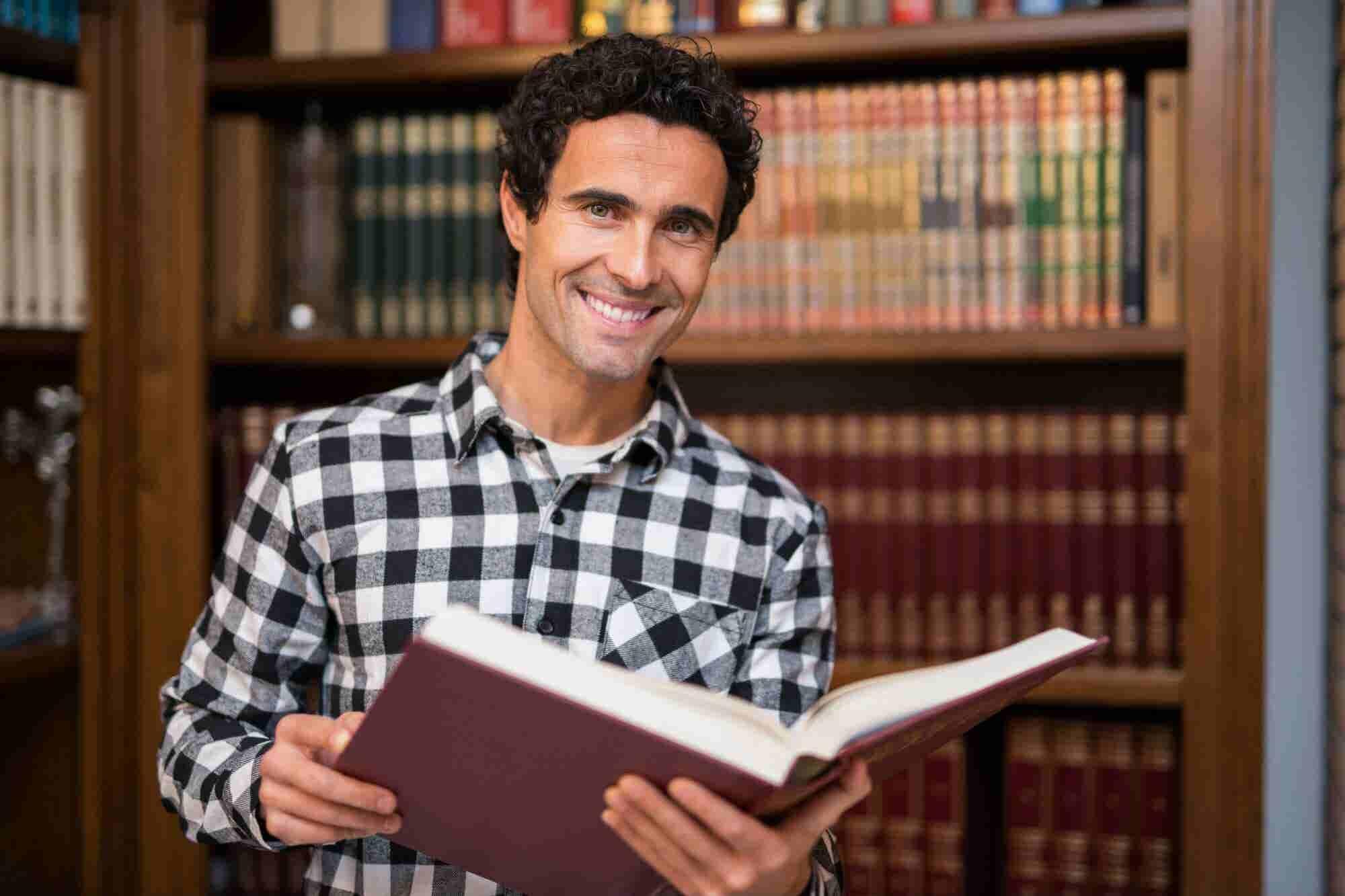 ¿No puedes pagar una maestría? Lee estos 6 libros para educarte a ti m...