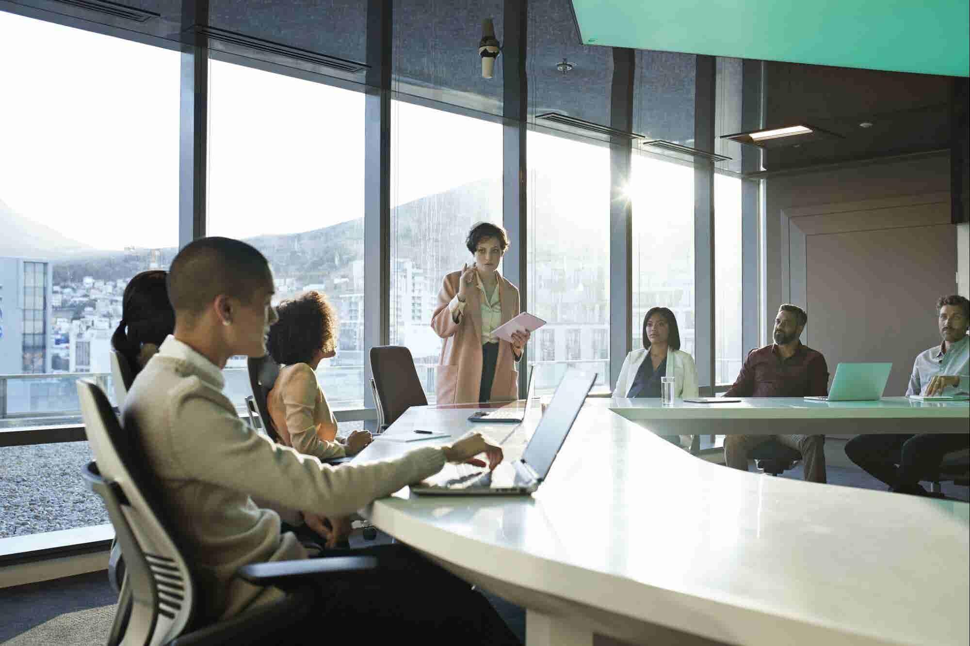 Los 4 mitos comunes sobre el liderazgo que te están frenando (y cómo liberarte de ellos)