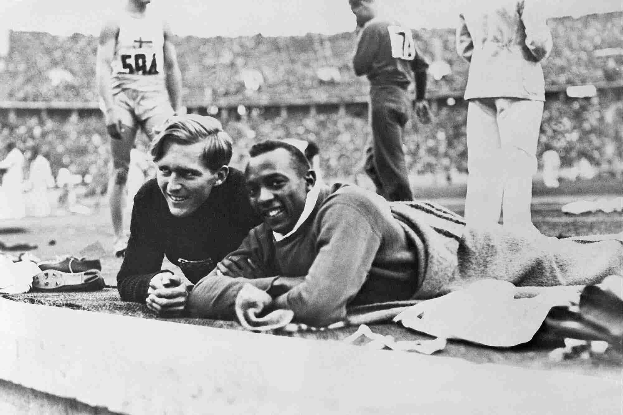 ¿Por qué este atleta olímpico alemán ayudó a Jesse Owens mientras Hitler los observaba?