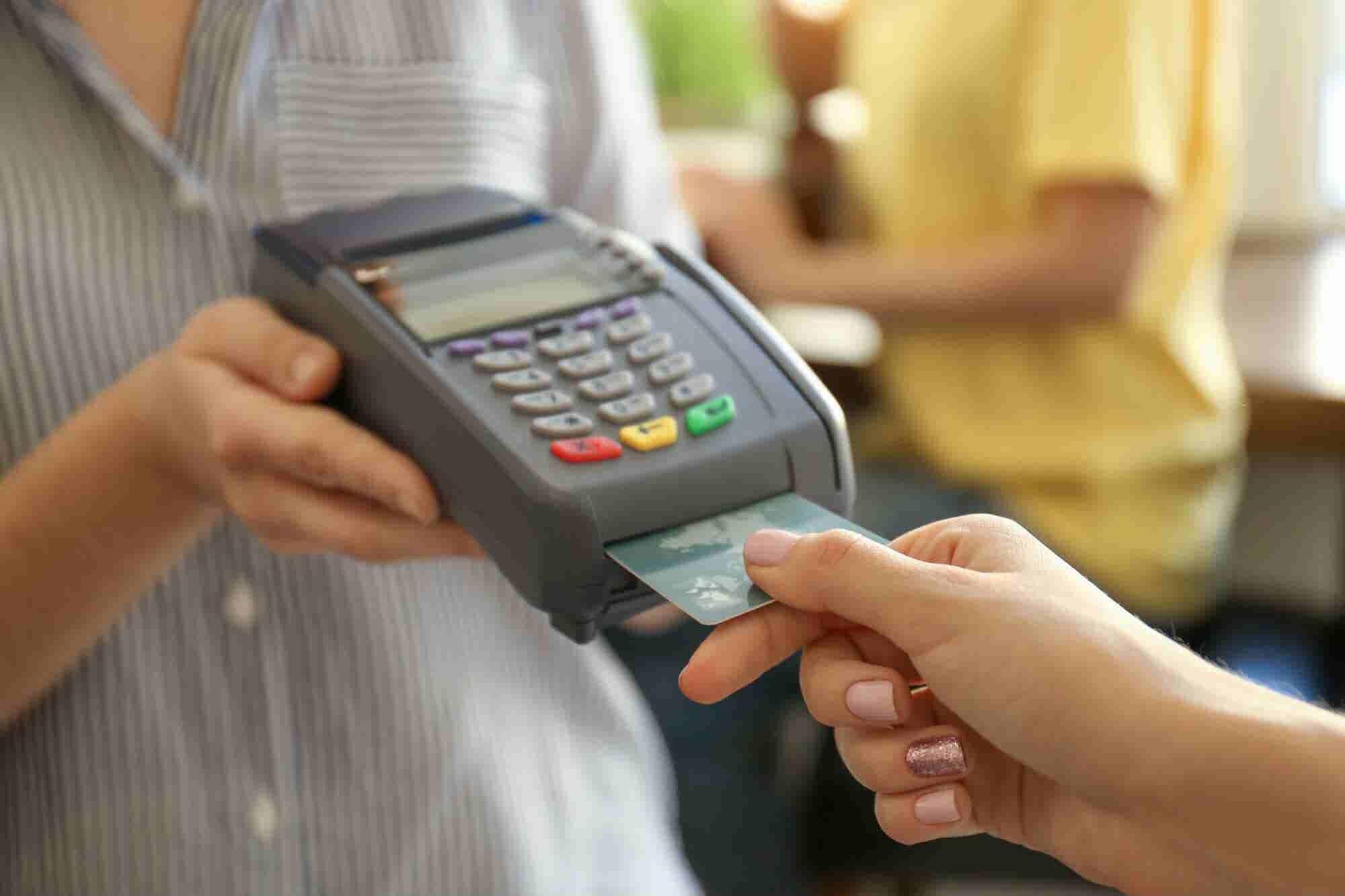 Por qué deberías pagar (o no) la anualidad de la tarjeta de crédito