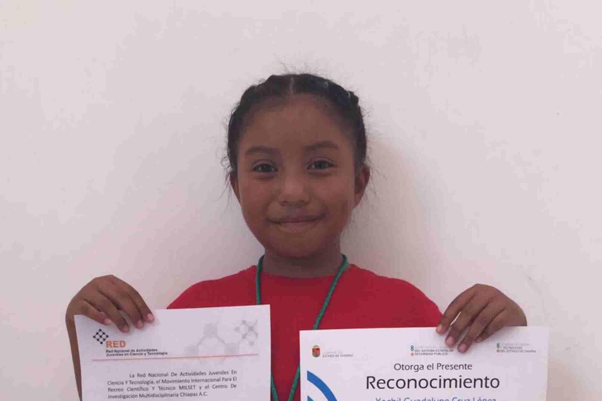 Chiapaneca de 8 años gana premio por inventar un calentador ecológico
