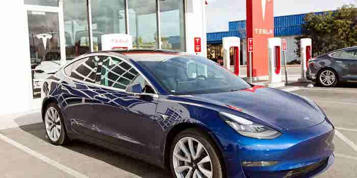 Finalmente Tesla cumplirá su promesa de vender un coche en 'solo' 35 mil dólares... pero cerrará sus tiendas en todo el mundo