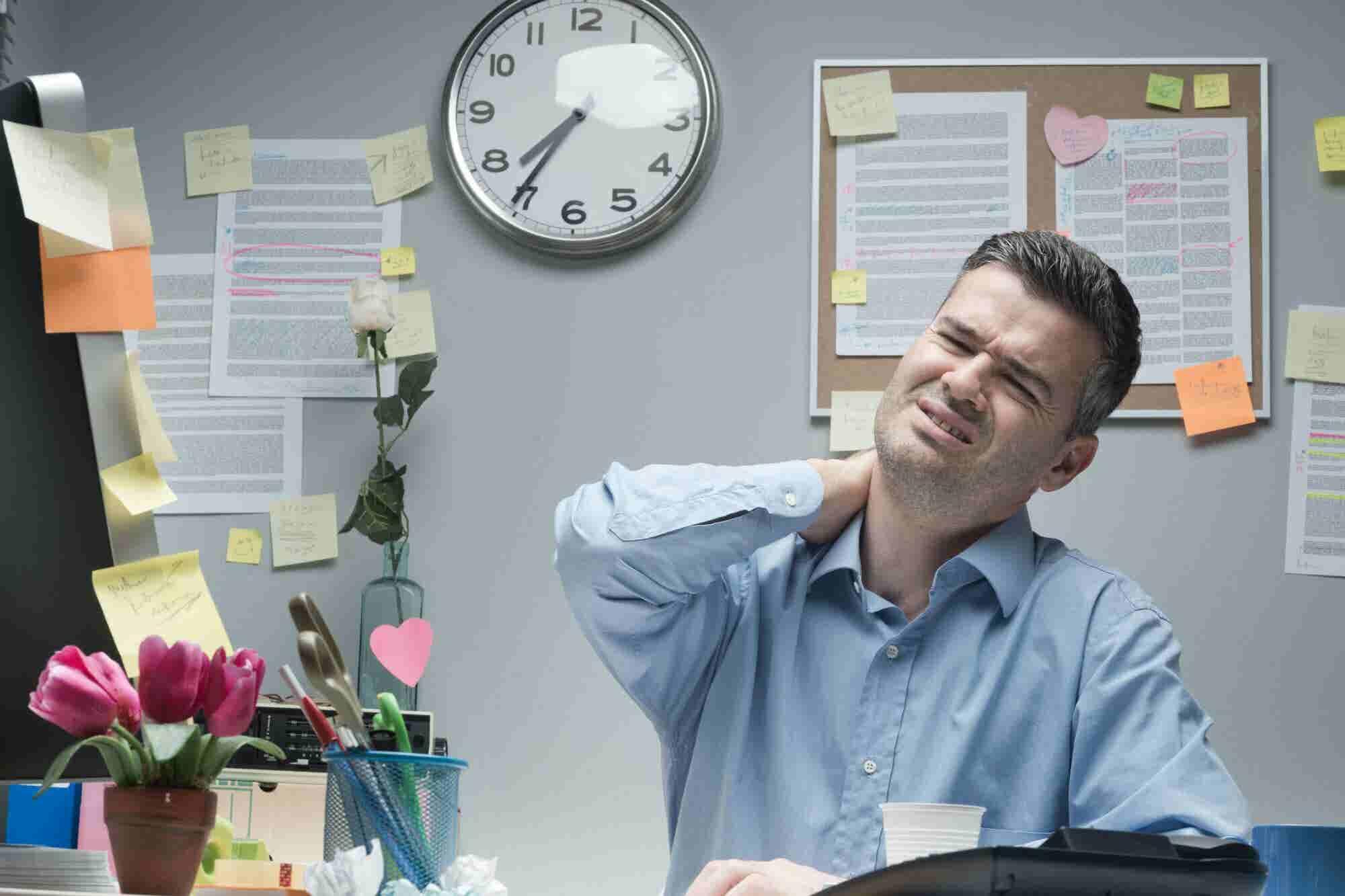 ¿Te duele el cuello? Aplica estos 4 tips para trabajar cómodamente en tu escritorio