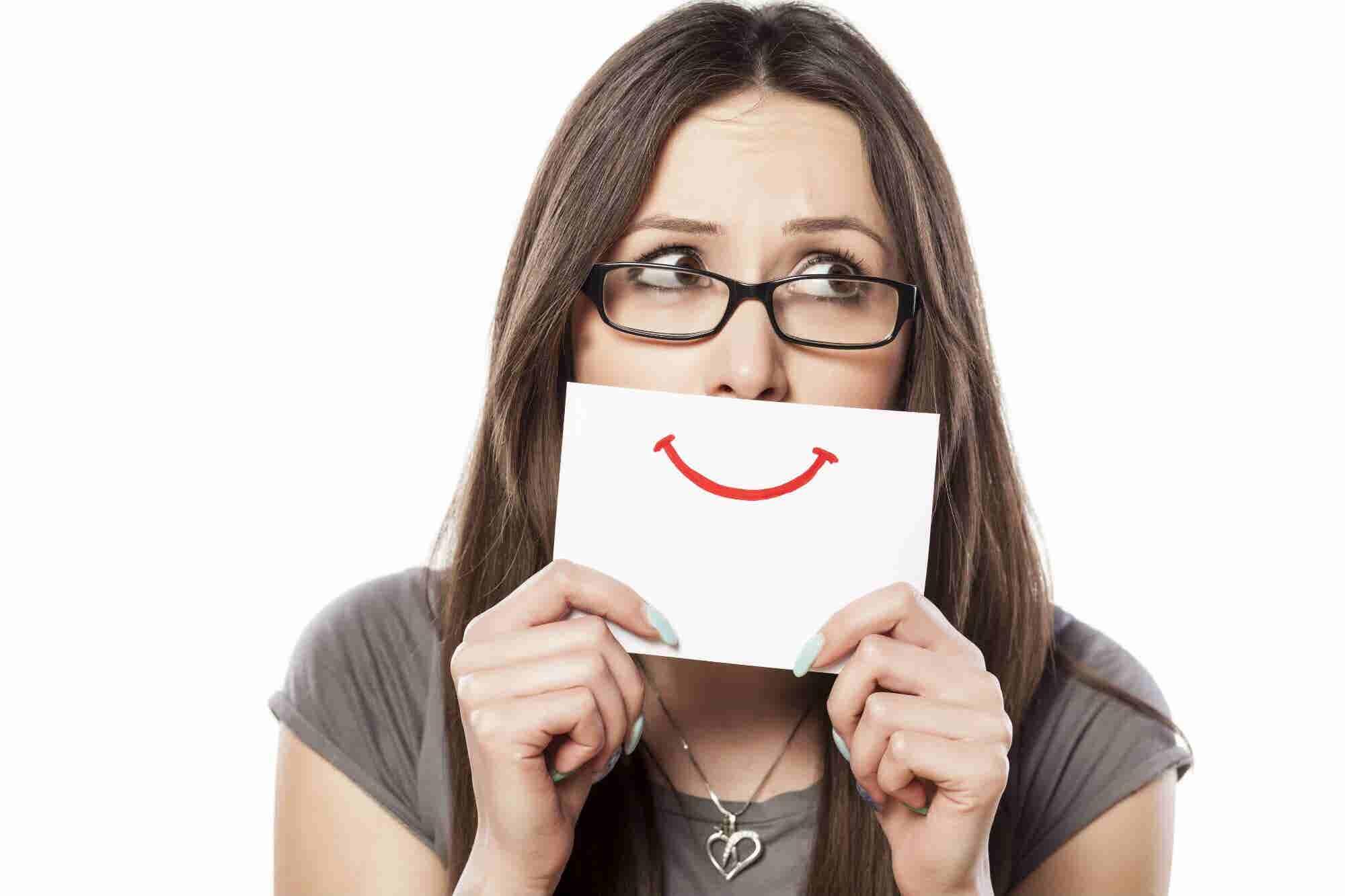 Fingir sonrisas en el trabajo te puede llevar a beber más: estudio