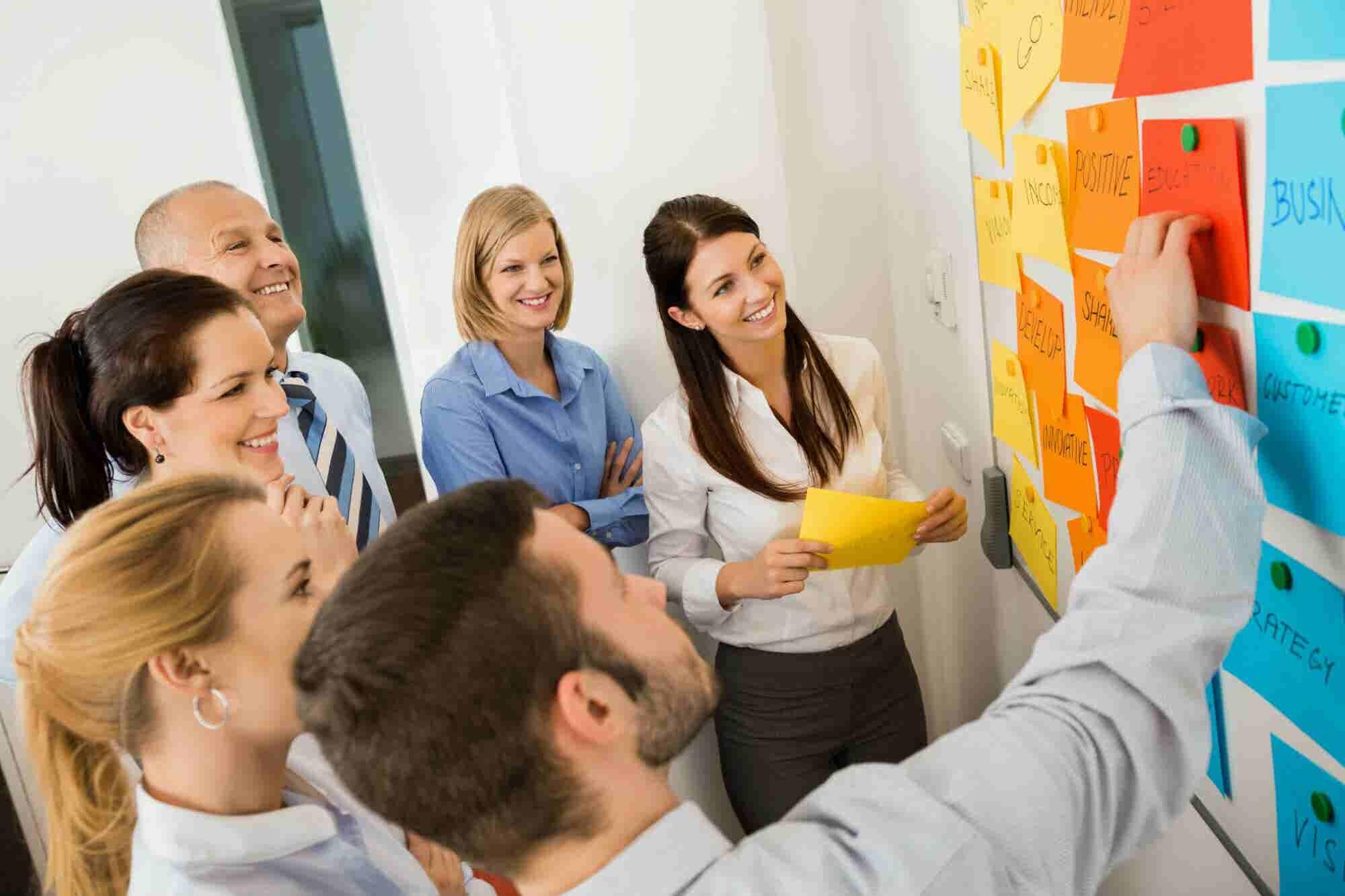 ¿Necesitas generar mejores ideas para tu empresa? Prueba estas 7 técnicas de lluvias de ideas