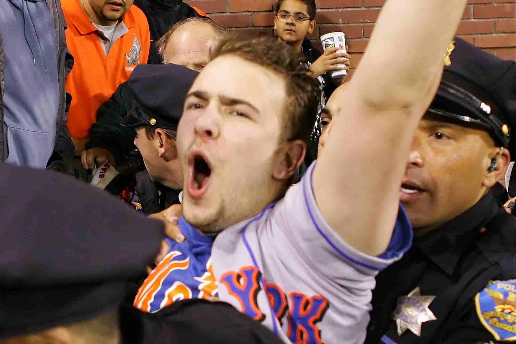 ¿Por qué este tipo que se ganó 750 mil dólares por atrapar la pelota de home run de Barry Bonds le dio la mitad a su amigo?