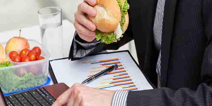 Por qué no debes comer en tu escritorio