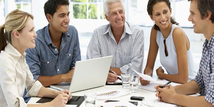 ¿Qué comparten distintas generaciones en el trabajo?