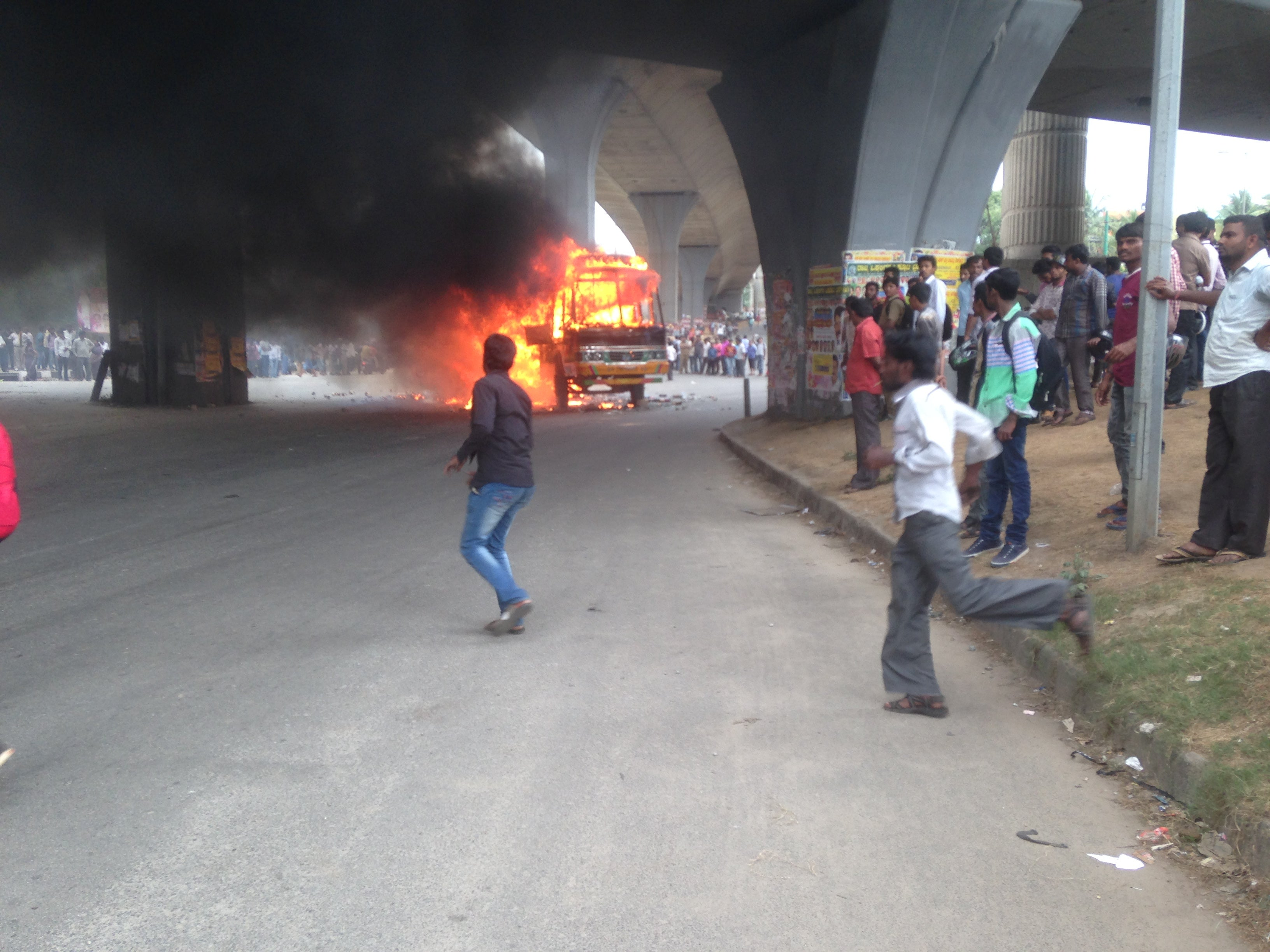Protesters burning trucks and pelting stones at the Nagarbhavi junction; Photo by Abilash Mariswamy, Broadcast, IIJNM