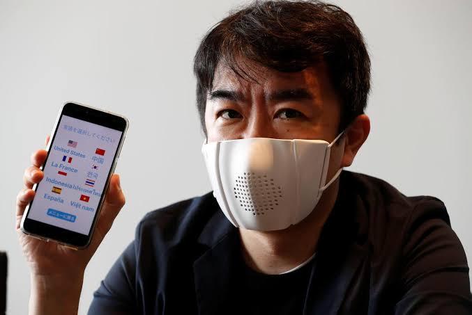 Startup japonesa crea un 'cubrebocas inteligente' que puede traducir hasta ocho idiomas