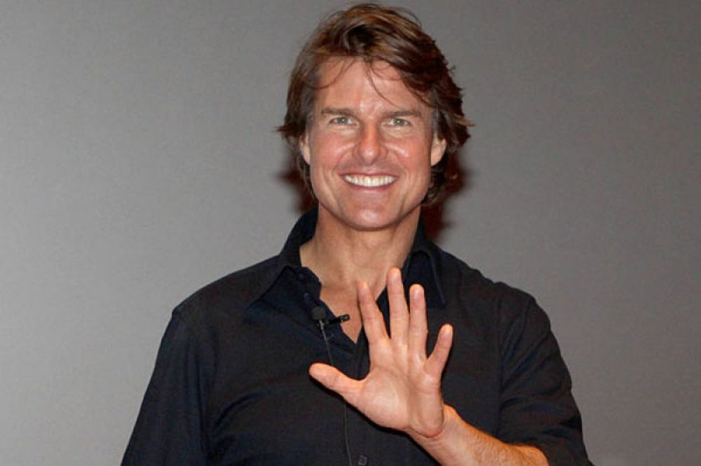 Tom Cruise helps an injured woman and pays her medical bills.